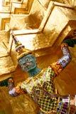 thai tempel konstbangkok för guldholding Arkivfoto