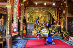 Thai woman praying Golden Buddha at Wat Ming Mueang Royalty Free Stock Photos