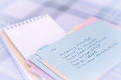 Thailändisch; Lernen von neuen Sprachschreibens-Grüßen auf dem Notizbuch Stockfoto