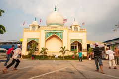 Thailändisch-Moslemjunge, der Fußballspiel vor alter Moschee spielt lizenzfreie stockfotos