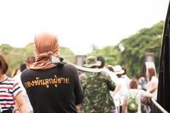 Thailändische Armee, welche die Brücke des Flusses Kwai in Kanchanabu instandhält Lizenzfreie Stockfotos