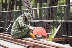 Thailändische Armee, welche die Brücke des Flusses Kwai in Kanchanabu instandhält Stockfoto