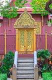 Thailändische Art der hölzernen Tür der Künste im Tempel von Thailand Lizenzfreies Stockbild