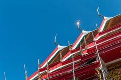 Thailändische Art der Tempeldach-Weinlese mit gegen Hintergrund des blauen Himmels stockbild