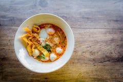 Thailändische Art der würzigen Suppe der Schweinefleischnudel, Tom yum Stockbilder