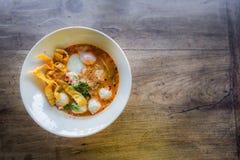 Thailändische Art der würzigen Suppe der Schweinefleischnudel, Tom yum Stockfoto