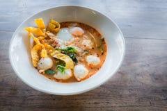 Thailändische Art der würzigen Suppe der Schweinefleischnudel, Tom yum Lizenzfreies Stockfoto