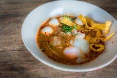 Thailändische Art der würzigen Suppe der Schweinefleischnudel, Tom yum Lizenzfreie Stockfotografie