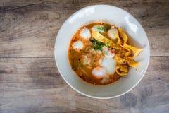 Thailändische Art der würzigen Suppe der Schweinefleischnudel, Tom yum Lizenzfreie Stockfotos