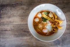 Thailändische Art der würzigen Suppe der Schweinefleischnudel, Tom yum Stockfotos