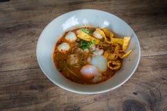 Thailändische Art der würzigen Suppe der Schweinefleischnudel, Tom yum Stockbild