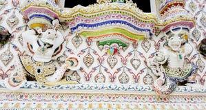 Thailändische Art des mythologischen Affen unter Fenster am Temp Stockbild