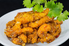 Thailändische Art Fried Chicken Chill im Öl Tom yum Stockfoto