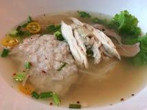 Thailändische Art Hühnernudel Tom Yum-klarer Brühe lizenzfreie stockfotografie