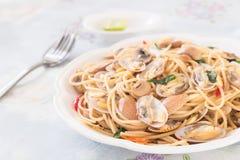 Thailändische Art würziges spagetthi mit den Muscheln Stockfoto