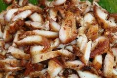 Thailändische Artscheibe briet Schweinefleisch auf Bananenblatt, thailändisches Straßenlebensmittel stockfoto