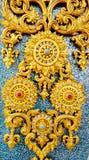 Thailändische Artstuckbeschaffenheit auf keramischer Wand am Tempel Lizenzfreie Stockfotos
