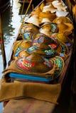 Thailändische aus Weiden geflochtene asiatische konische Hüte, die Markt schwimmen Lizenzfreie Stockfotografie