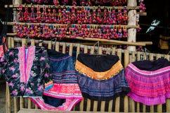 Thailändische Bambusbank mit bunten hand-gesponnenen Kleidergeweben lizenzfreie stockfotografie