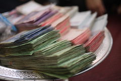 Thailändische Banknote auf Silbertablett Stockbild