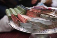 Thailändische Banknote auf Silbertablett Stockbilder