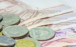 Thailändische Banknote und Münzen Lizenzfreies Stockfoto