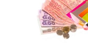 Thailändische Banknoten und Münze für die Rettung auf weißem Hintergrund Stockfotos