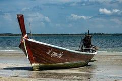 Thailändische Barkasse auf den Strand gesetzt auf dem Meer lizenzfreie stockfotografie