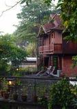 Thailändische Bauunternehmenarchitektur u. -patio Stockbilder