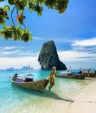 Thailändische Boote auf Phra Nang setzen, Thailand auf den Strand Stockfotos