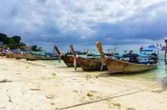 Thailändische Boote auf Sandstrand lizenzfreie stockfotos