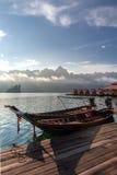 Thailändische Boote des langen Schwanzes am hölzernen Pier Lizenzfreie Stockfotos