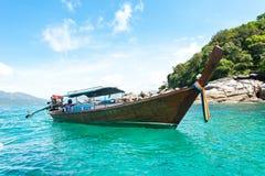 Thailändische Boote des langen Schwanzes im Strand, Koh Lipe in Satun, Thailand Stockfoto