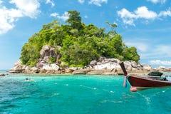 Thailändische Boote des langen Schwanzes im Strand, Koh Lipe in Satun, Thailand Lizenzfreie Stockbilder