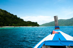 Thailändische Boote des langen Schwanzes im Strand, Koh Lipe in Satun, Thailand Stockbilder