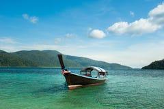 Thailändische Boote des langen Schwanzes im Strand, Koh Lipe in Satun, Thailand Lizenzfreie Stockfotos