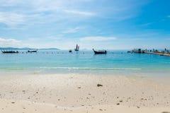 Thailändische Boote im Meer nahe dem Ponton im sonnigen Wetter Stockfotografie