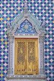 Thailändische Buddhismustempeltür Lizenzfreie Stockfotografie