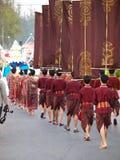 THAILÄNDISCHE Damen in der schönen lokalen traditionellen Kleidung in einer Festivalzeremonie führen vor Lizenzfreie Stockfotografie