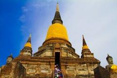 Thailändische Dreiergruppe spitzt goldenen Tempel Stockfotos