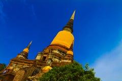 Thailändische Dreiergruppe spitzt goldenen Tempel Lizenzfreie Stockfotografie