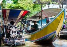 Thailändische Einheimische verkaufen Lebensmittel und Andenken an berühmtem sich hin- und herbewegendem Markt Damnoen Saduak, Tha Lizenzfreies Stockfoto