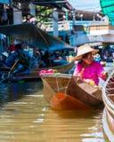 Thailändische Einheimische verkaufen Lebensmittel und Andenken an berühmtem sich hin- und herbewegendem Markt Damnoen Saduak, Tha Lizenzfreie Stockfotografie