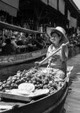 Thailändische Einheimische verkaufen Lebensmittel und Andenken an berühmtem sich hin- und herbewegendem Markt Damnoen Saduak, Tha Stockfotos