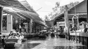 Thailändische Einheimische verkaufen Lebensmittel und Andenken an berühmtem sich hin- und herbewegendem Markt Damnoen Saduak, Tha Stockbilder
