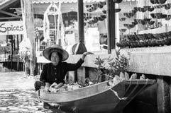 Thailändische Einheimische verkaufen Lebensmittel und Andenken an berühmtem sich hin- und herbewegendem Markt Damnoen Saduak, Tha Stockfoto