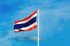 Thailändische Flagge auf dem Himmelhintergrund Stockbilder