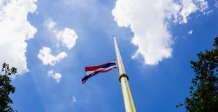 Thailändische Flagge in der Luft und im Himmel Stockfotos