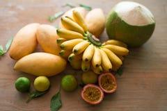 Thailändische Früchte auf Holzoberfläche lizenzfreie stockfotos