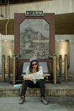 Thailändische Frau des Reisenden, die Karte nach Reise Tokyo sitzt und betrachtet Stockfotografie